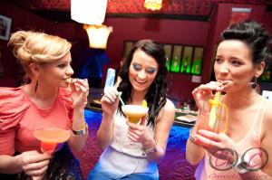 Dziewczyny popijają drinki na wieczorze panieńskim